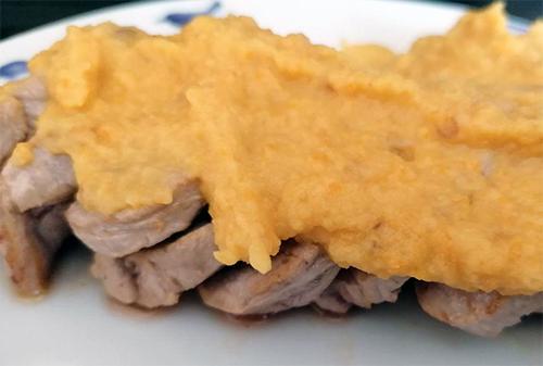 Solomillo de cerdo con salsa de manzana en mambo