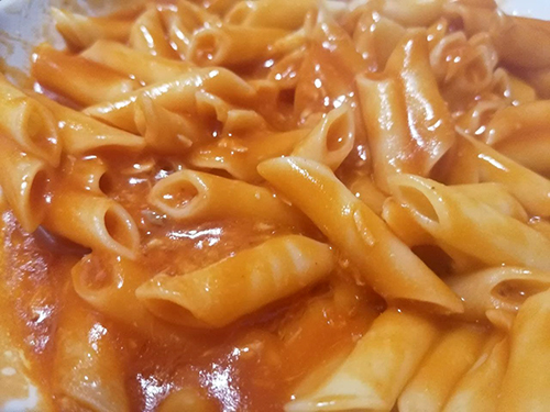 Macarrones con tomate frito y atun en mambo
