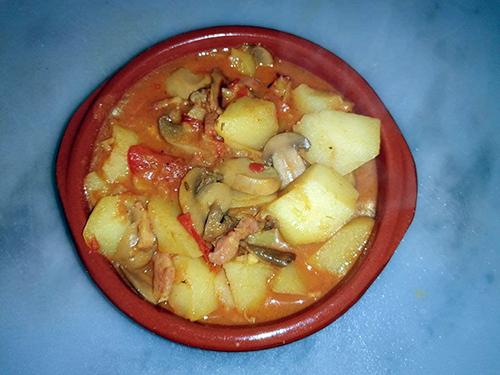 Patatas guisadas con bacon y champiñones